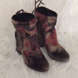 Adorable Velvety Print boots!